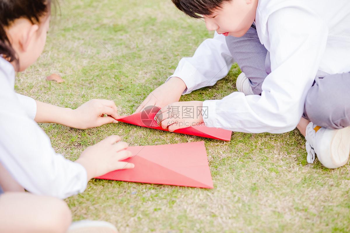 小学生操场折纸飞机图片