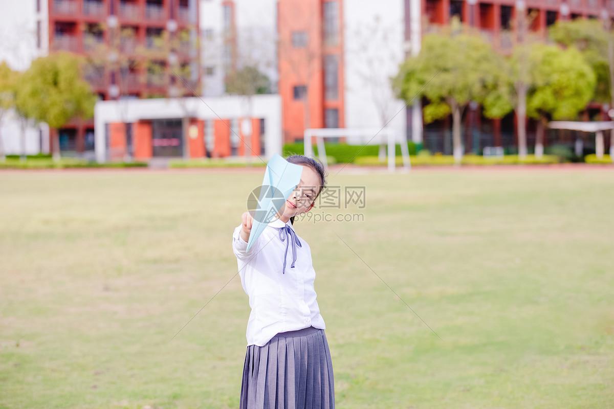 小学生课间操场玩纸飞机图片