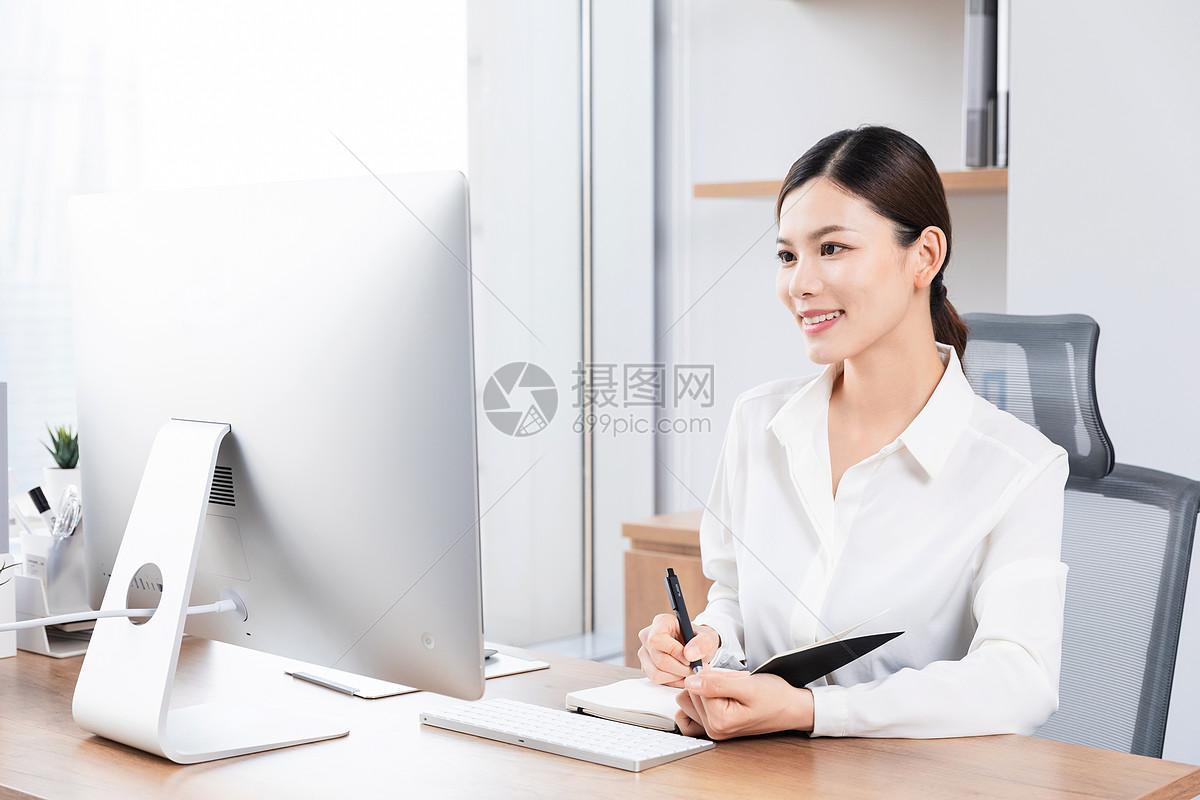 商务女性办公室工作图片