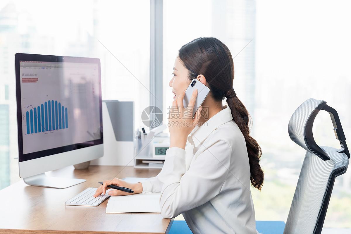 职场女性接听电话图片
