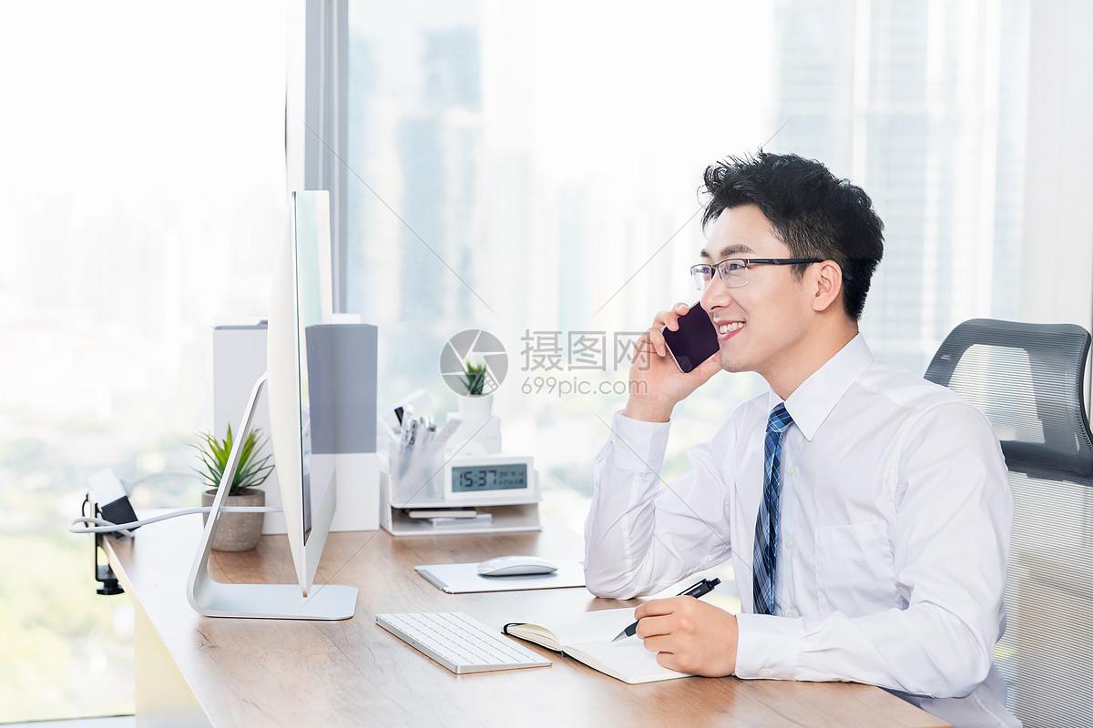 男性客服接听电话图片