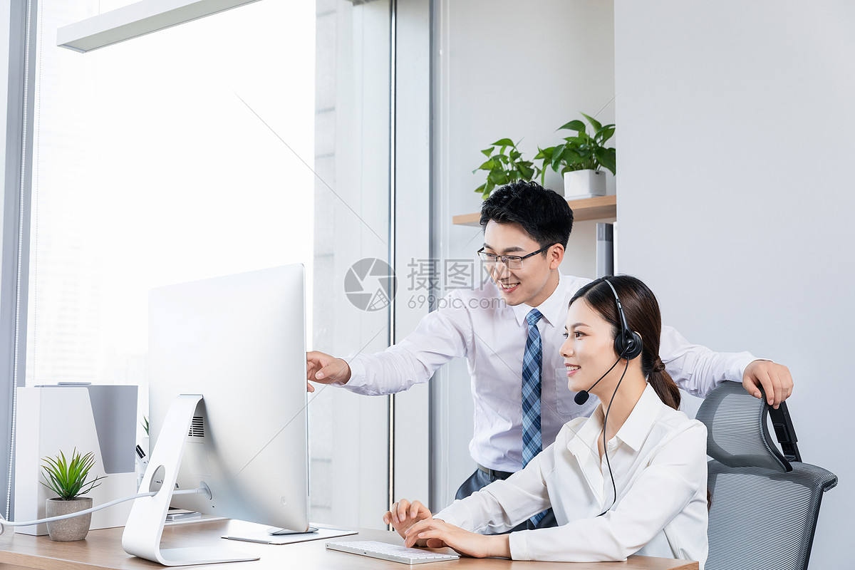 商务客服互相讨论图片