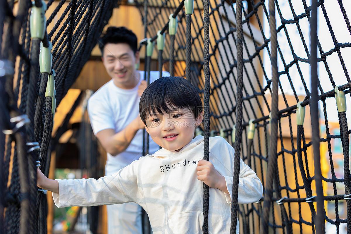 父子户外活动图片
