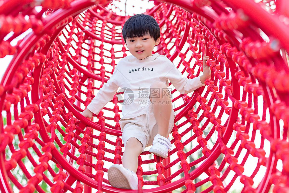 儿童节小男孩游乐园嬉戏图片