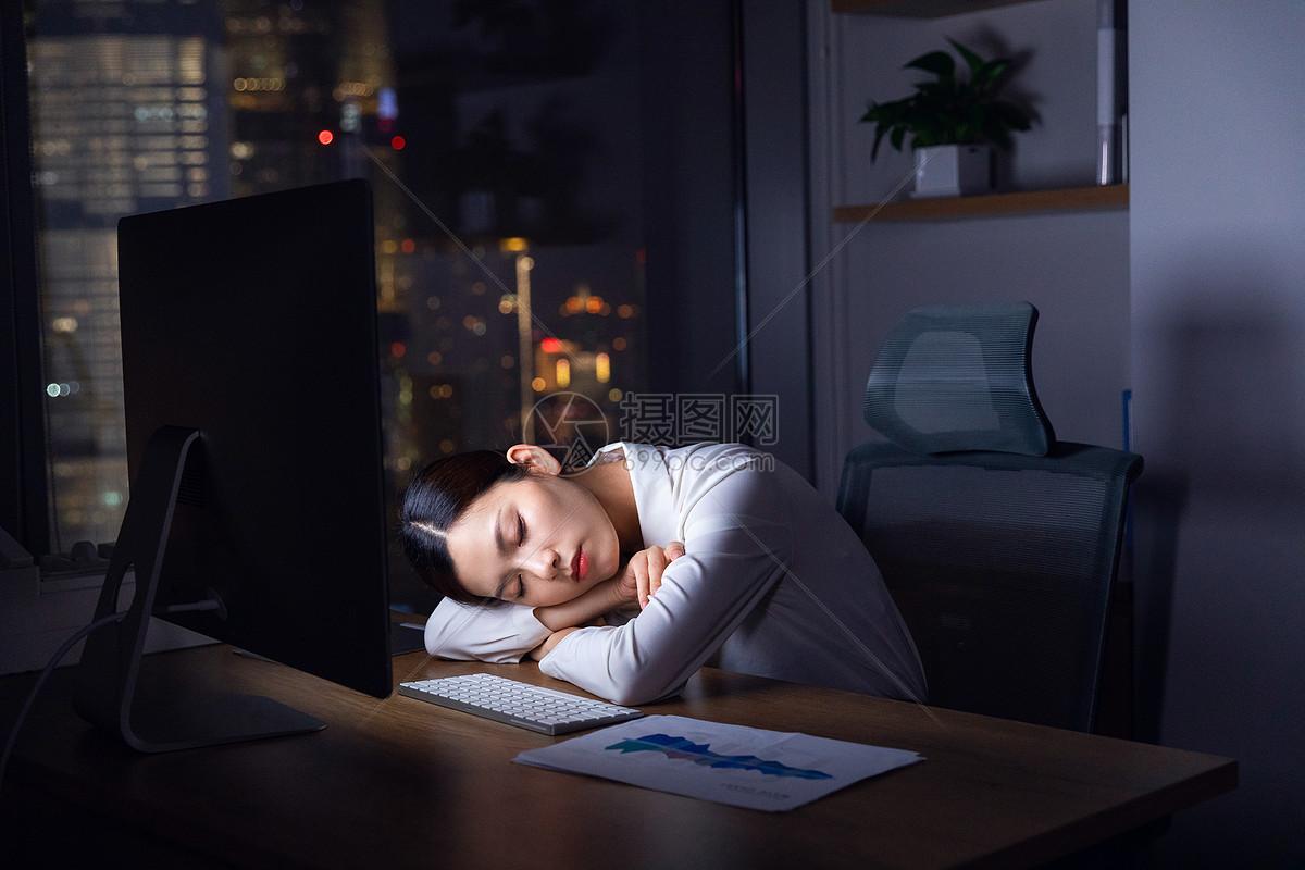 职场女性加班偷睡图片