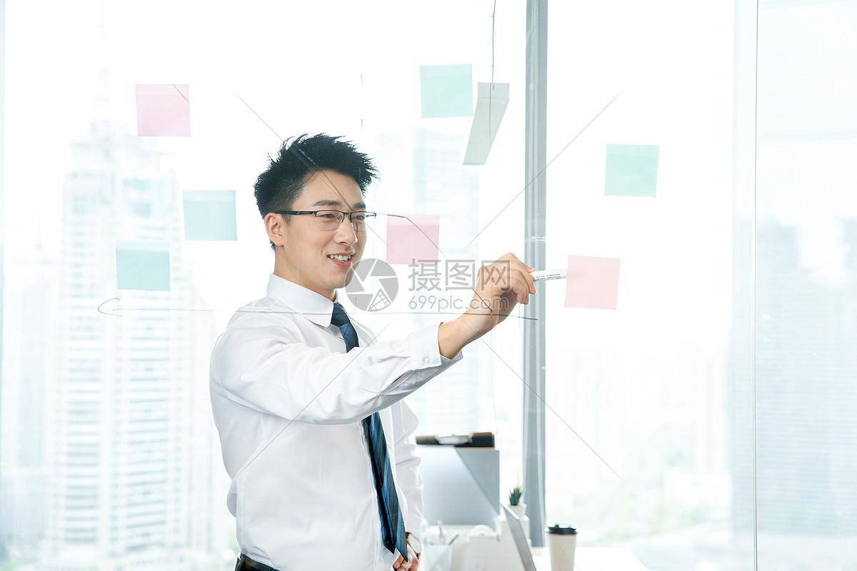 商务男性开会板书图片
