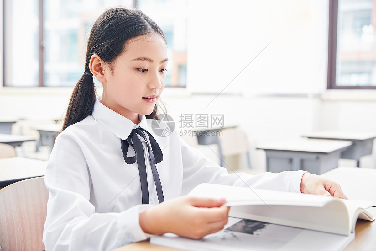小学生学习图片