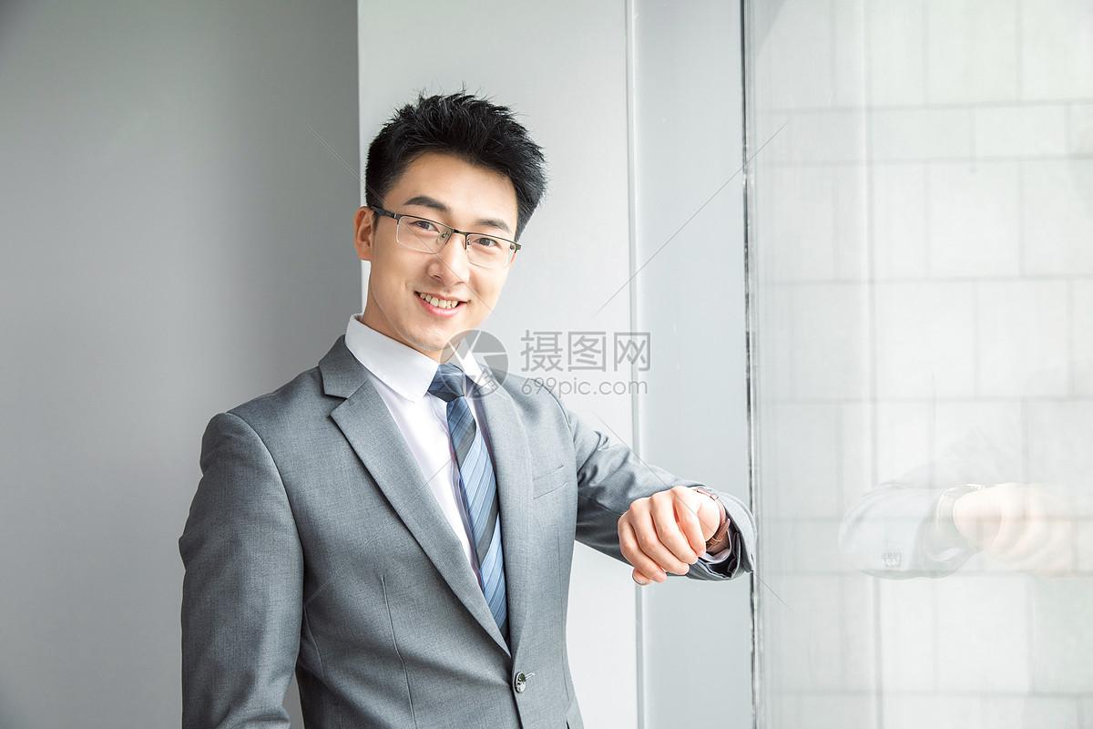 精英商务男性看手表图片