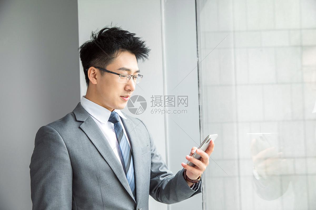 精英商务男性看手机图片