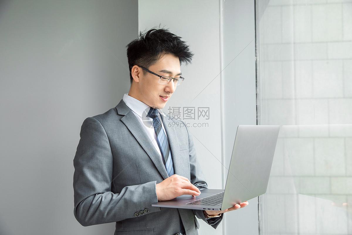 精英商务男性看笔记本电脑图片