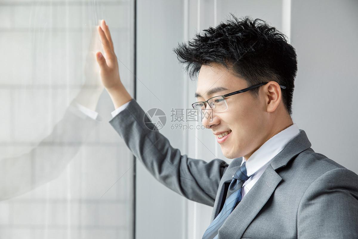 商务男士眺望远方图片