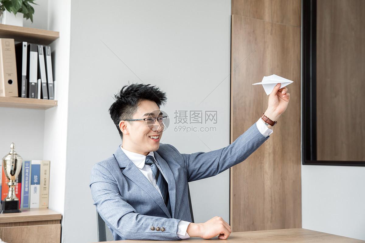 商务男性办公室玩纸飞机图片