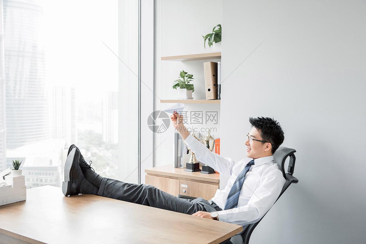 商务男性玩纸飞机图片