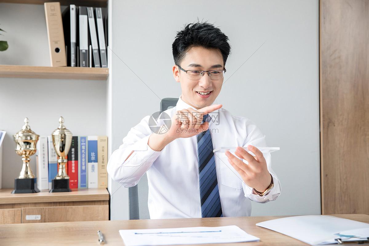 商务男性未来手机图片