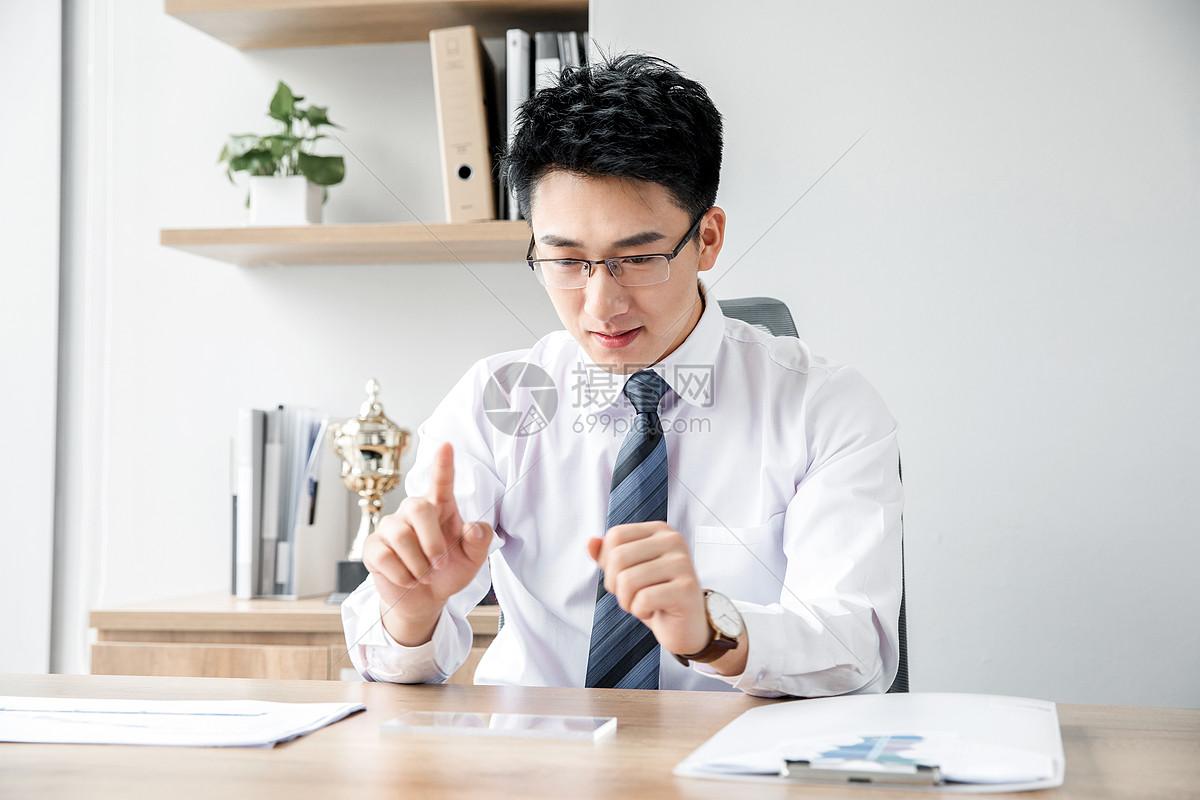 商务男士科技触碰图片