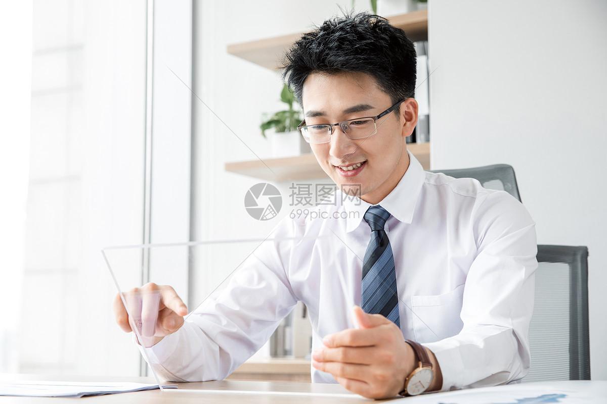 商务男性点触未来平板电脑图片