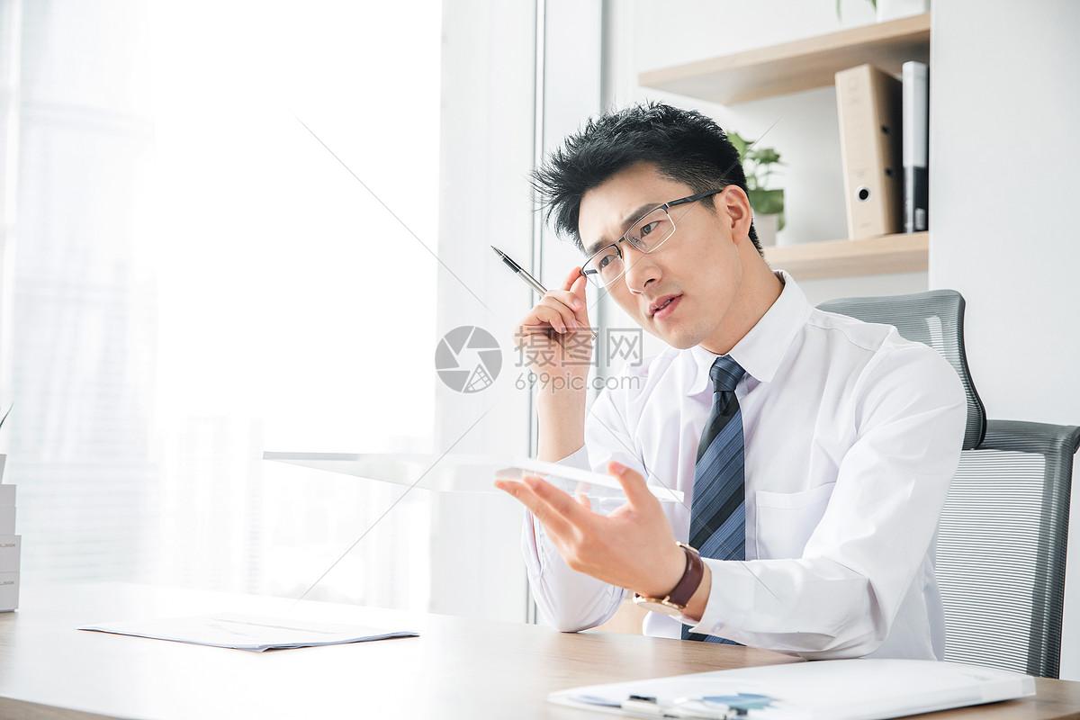 商务男性未来平板电脑图片