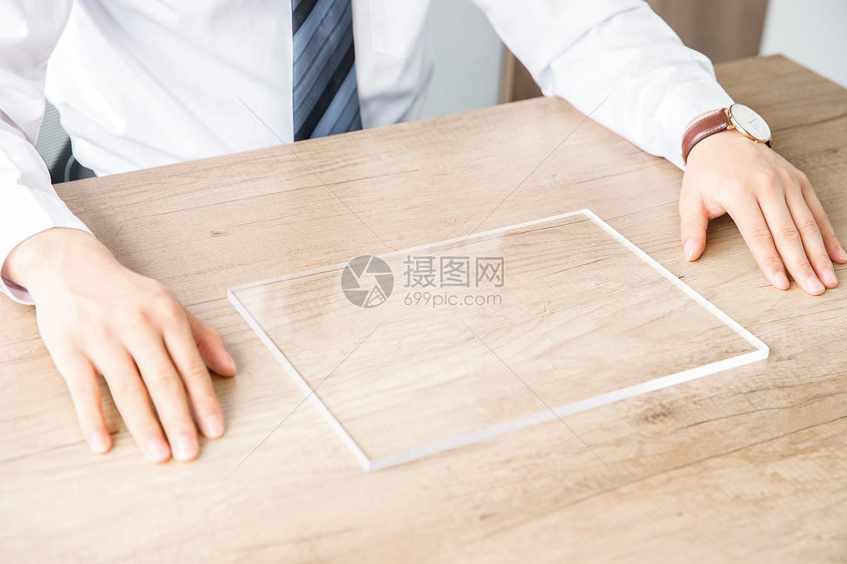 商务男性使用透明平板电脑图片
