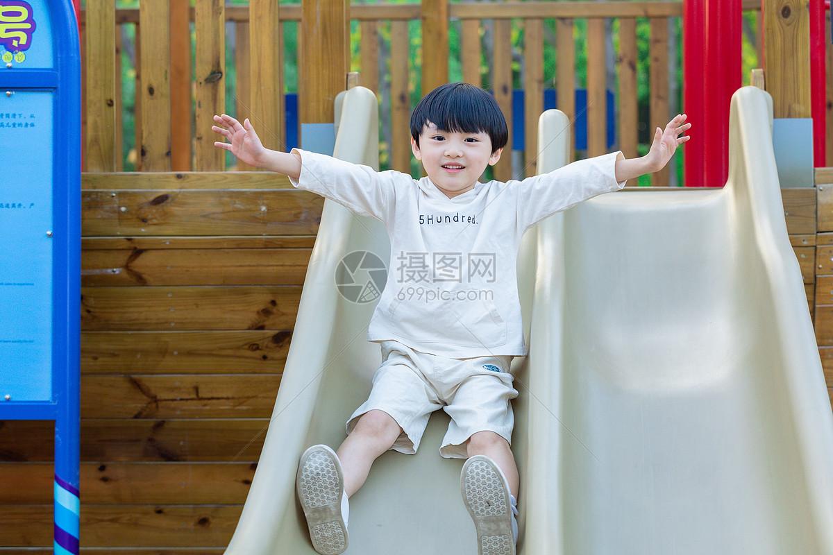 儿童节小男孩玩滑梯图片