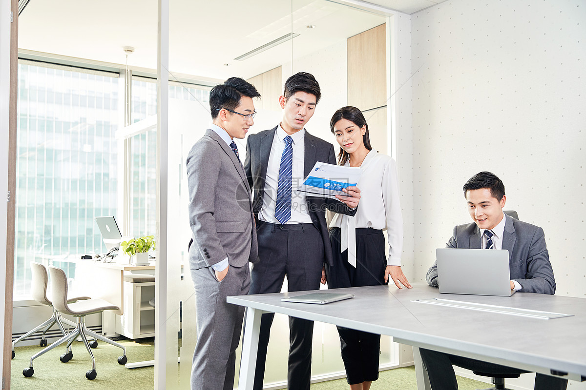 商务团队在会议室讨论工作图片