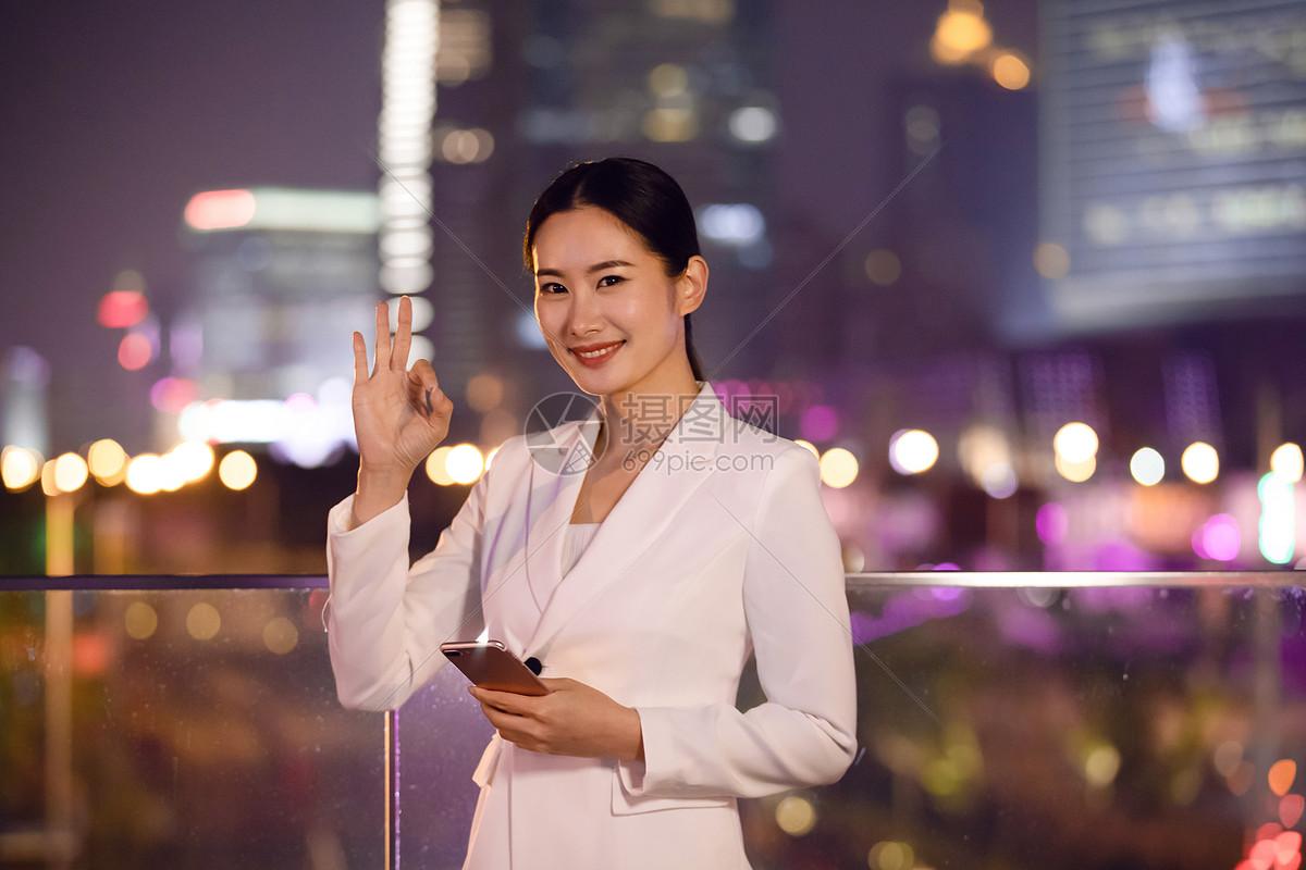 商务女性天桥打电话图片