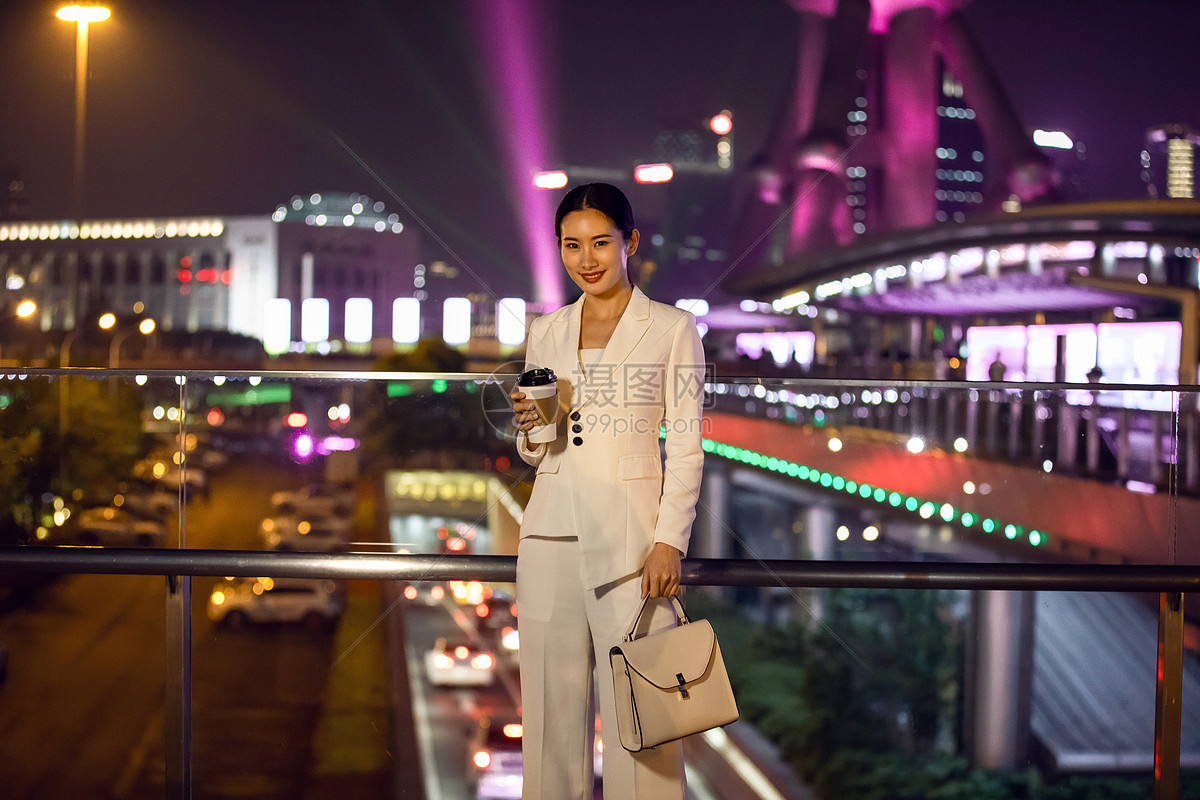 商务女性天桥喝咖啡图片