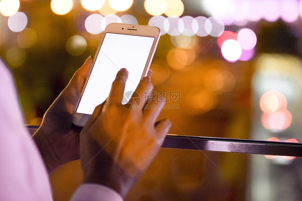 商务女士户外看手机特写图片
