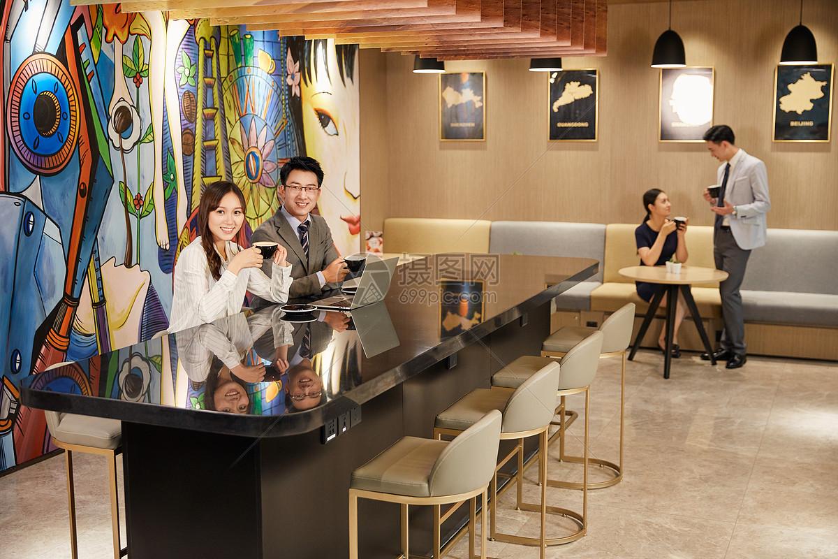 咖啡厅男女图片