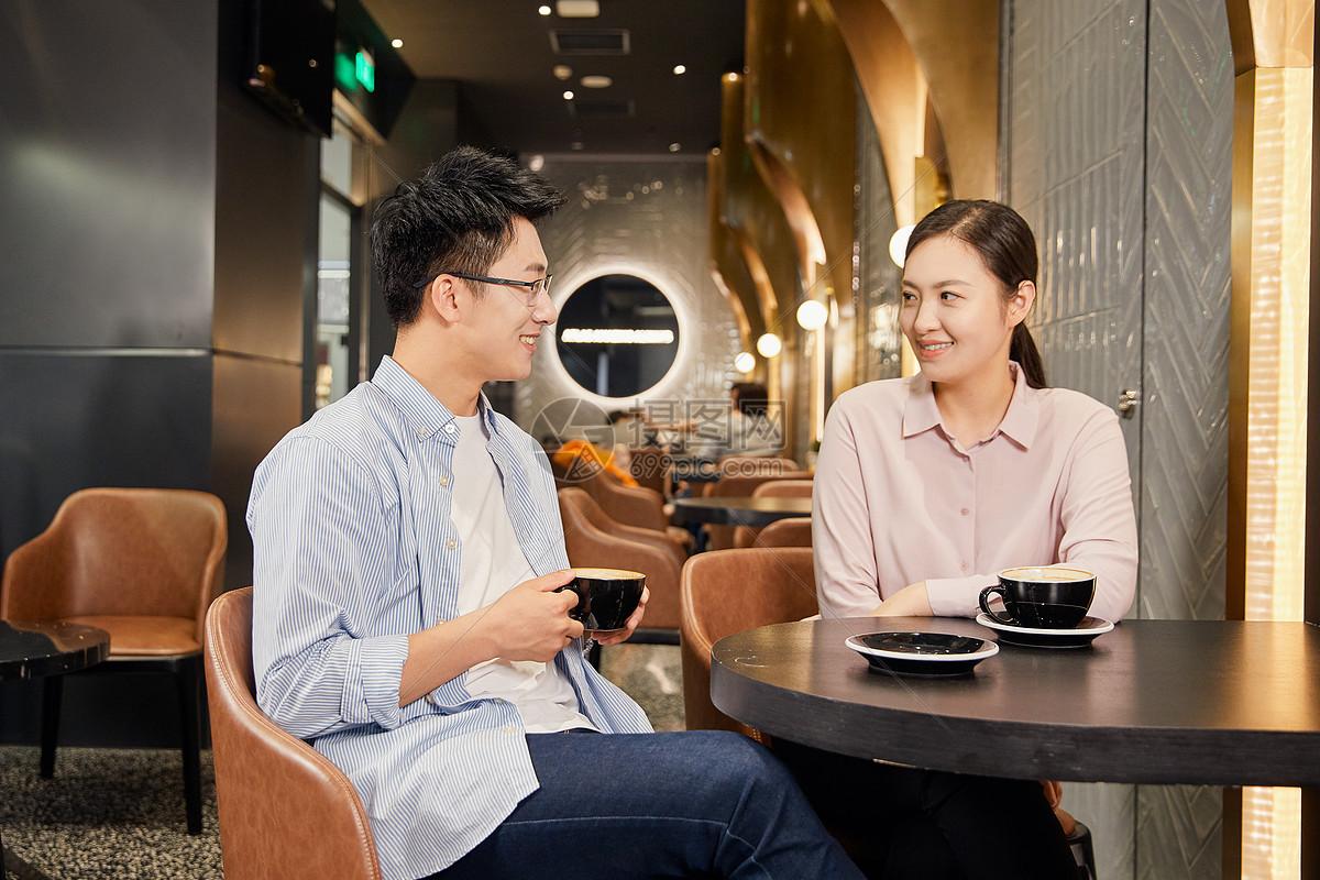 年轻男女在咖啡厅聊天图片