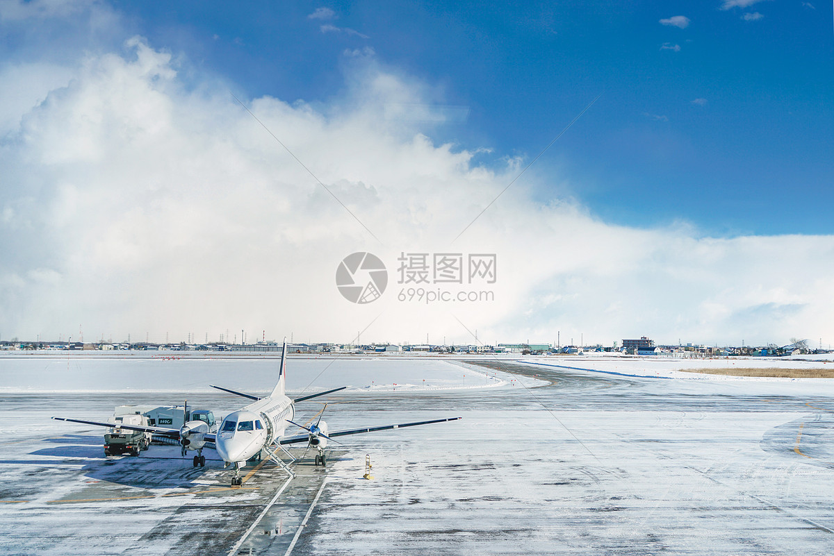雪地上的飞机图片