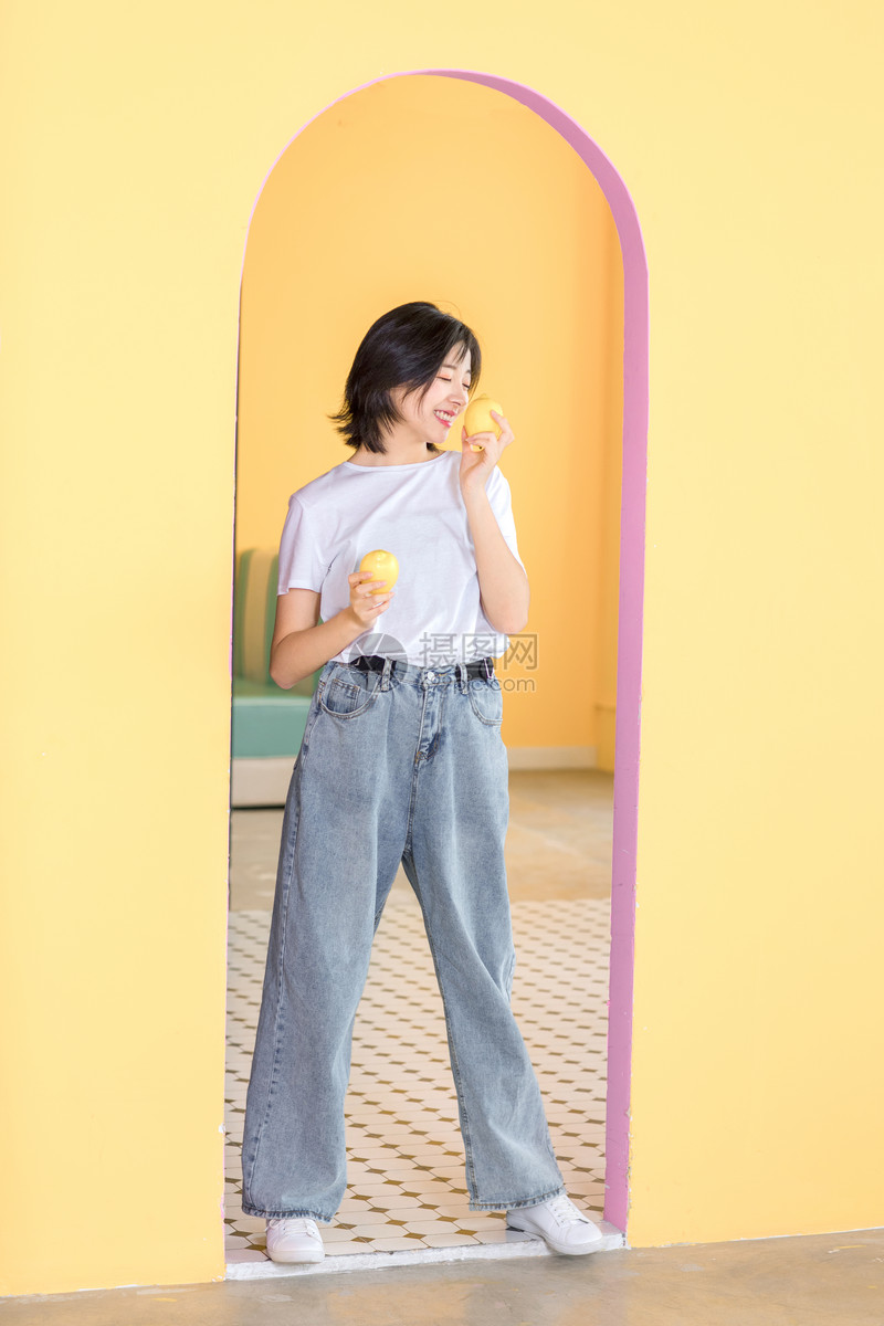 活力女性柠檬图片