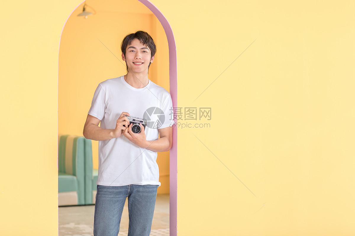 活力男青年手持相机图片