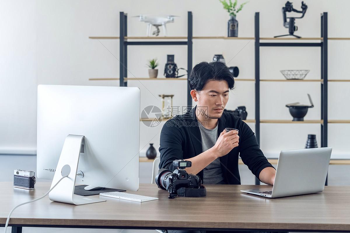 摄影师在工作室工作图片