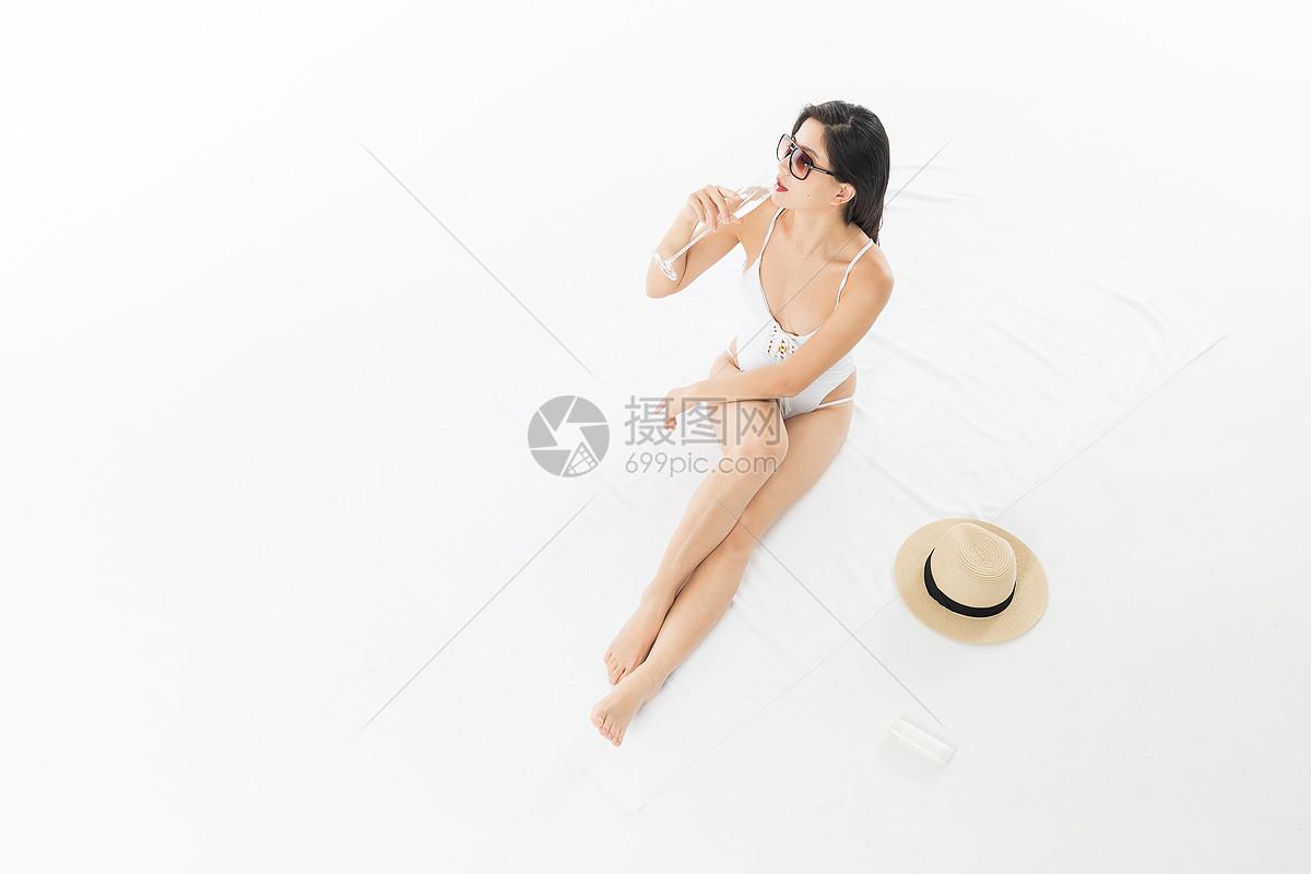 泳装美女晒太阳喝香槟图片