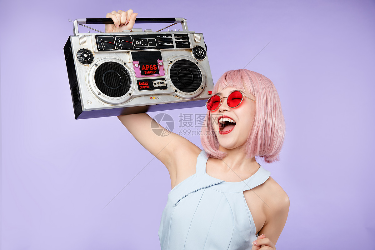 美女抱着收音机图片