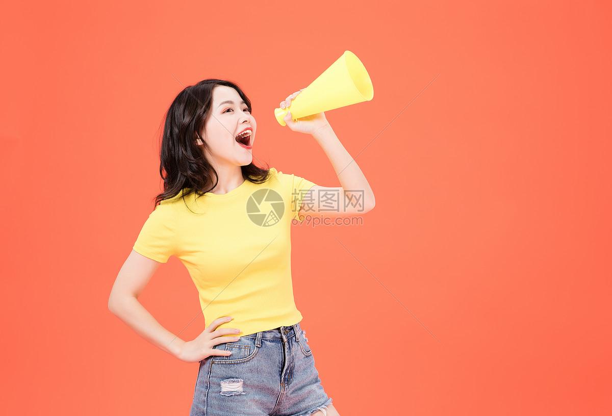 活力少女拿喇叭图片