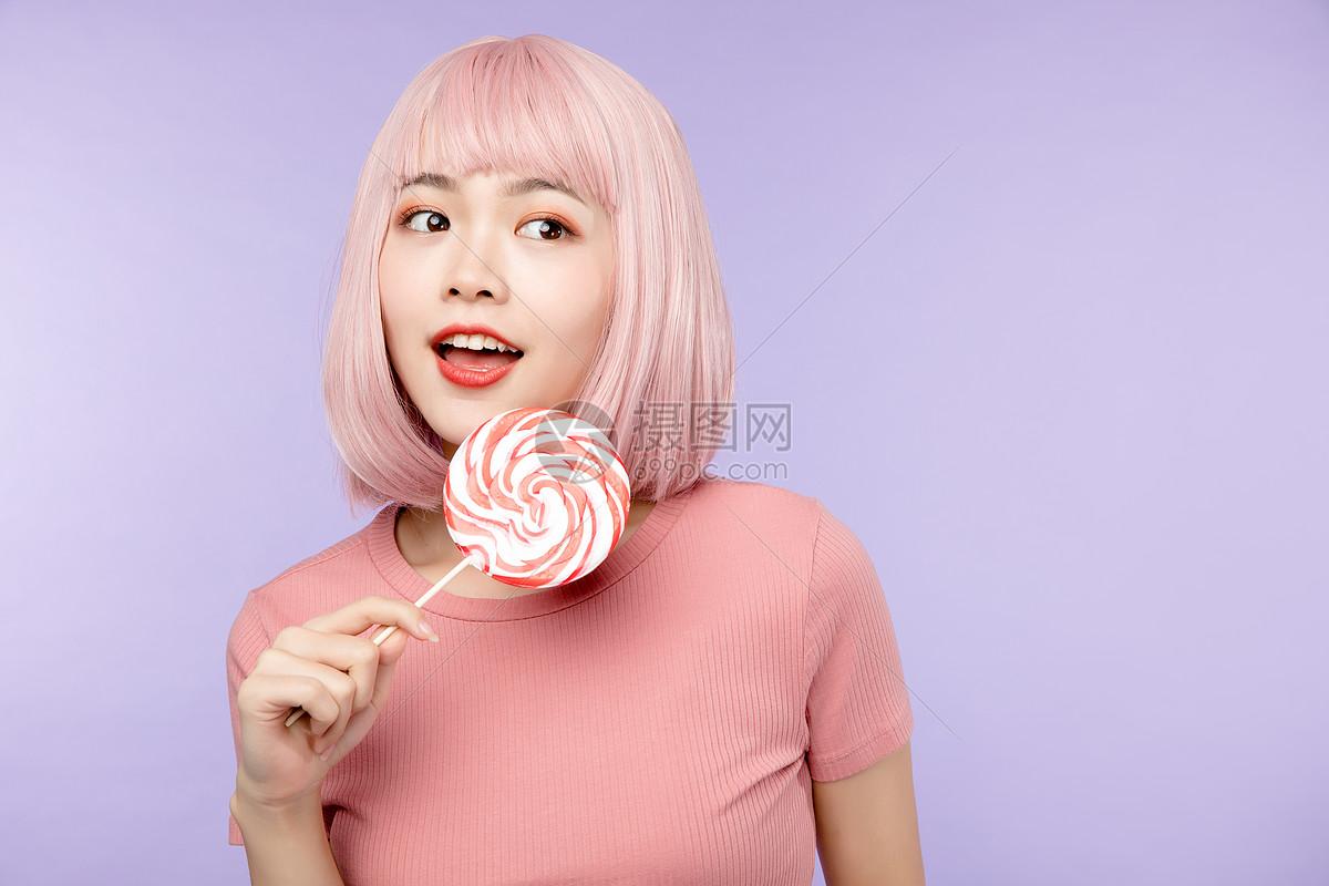 活力少女拿棒棒糖图片