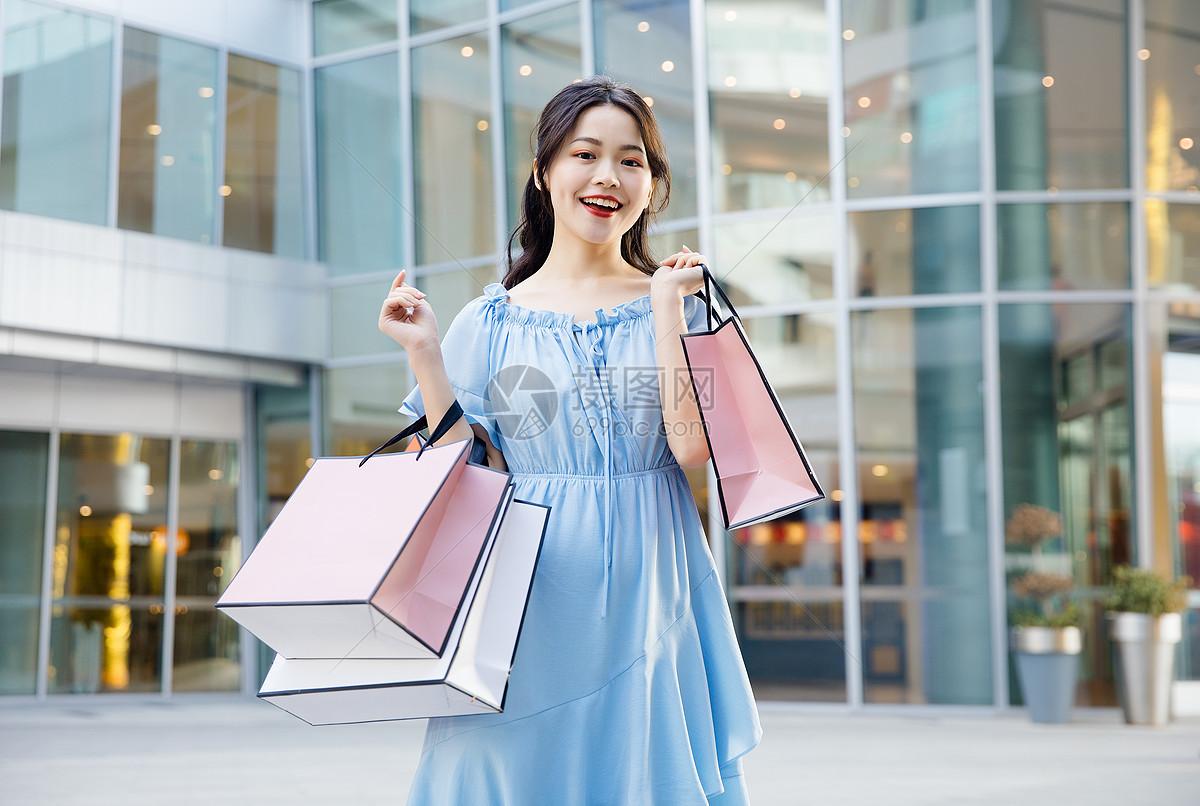 年轻女性618购物图片