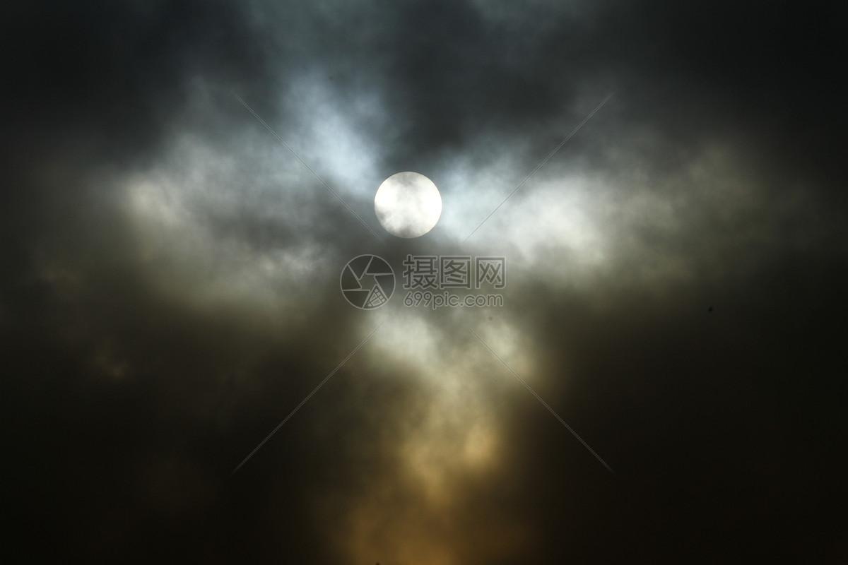 恐怖片乌云氛围图片