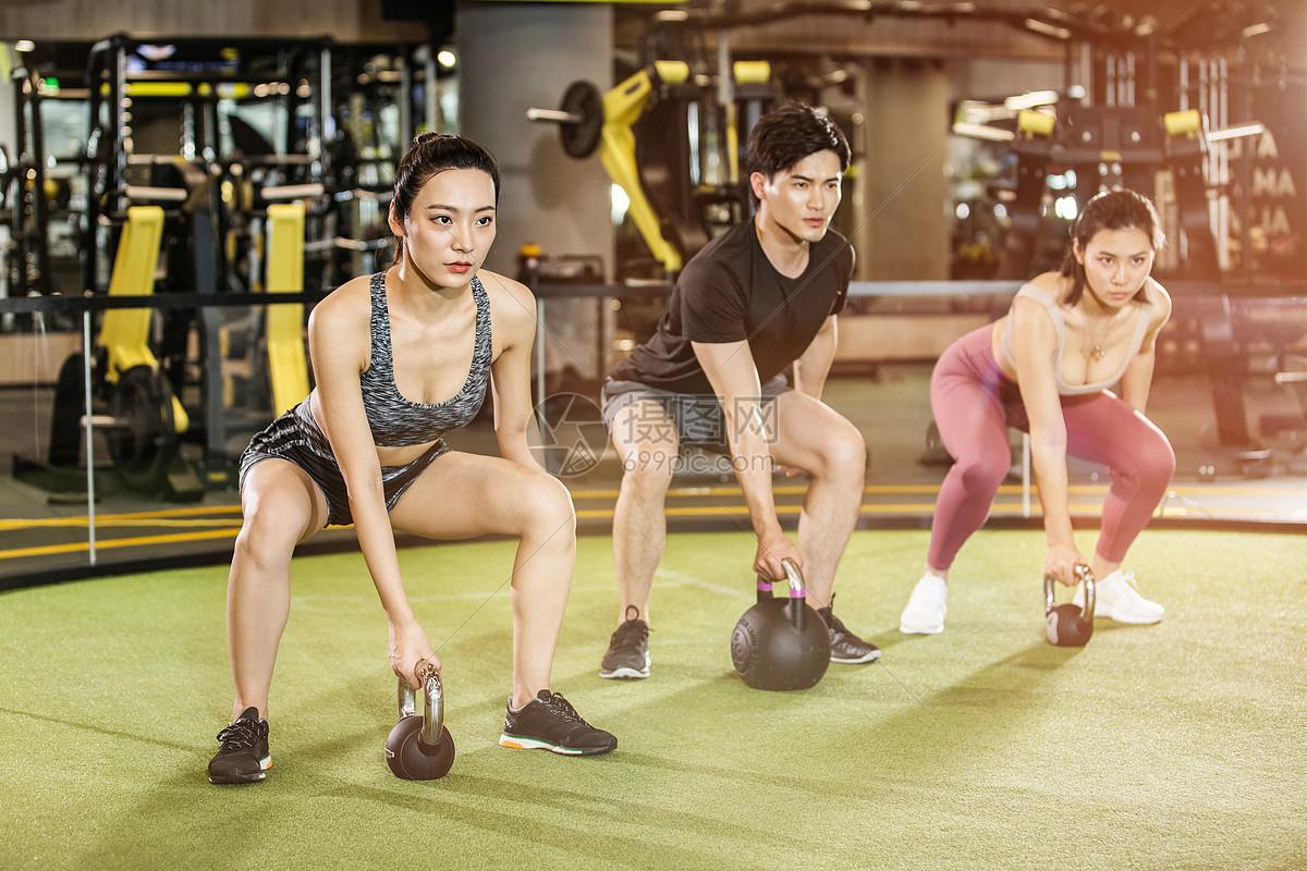 健身房男女壶铃训练图片