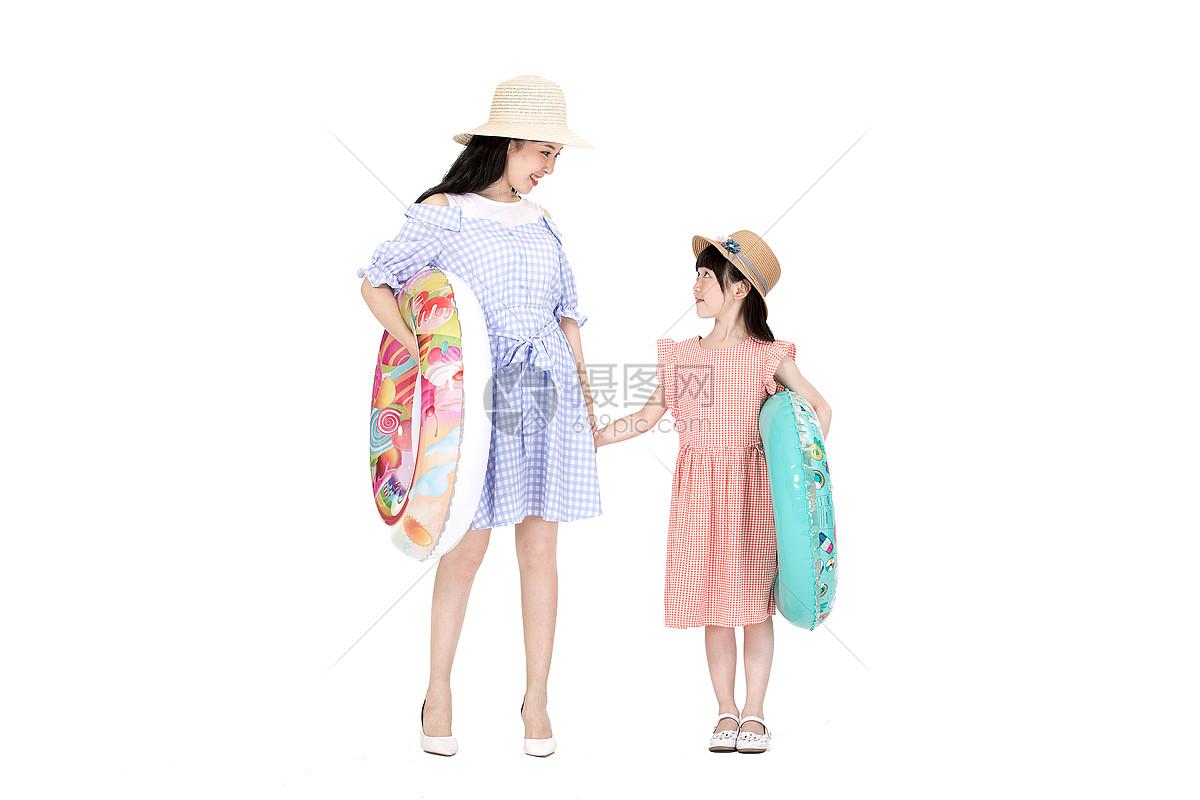 泳圈母女图片