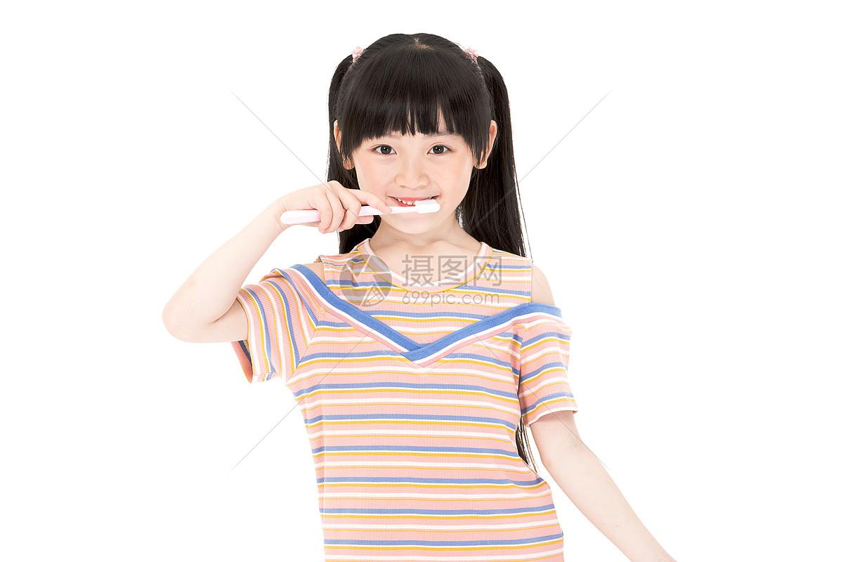 刷牙女孩图片
