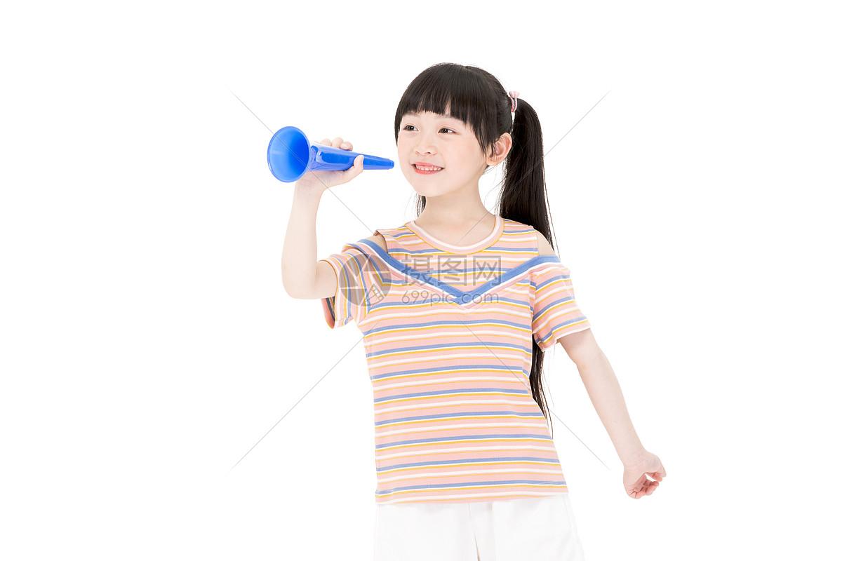 小女孩吹喇叭图片