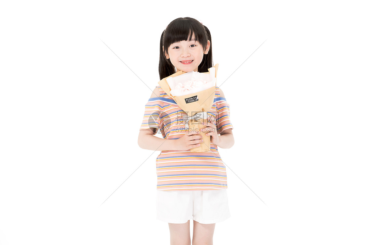 小女孩手捧鲜花图片