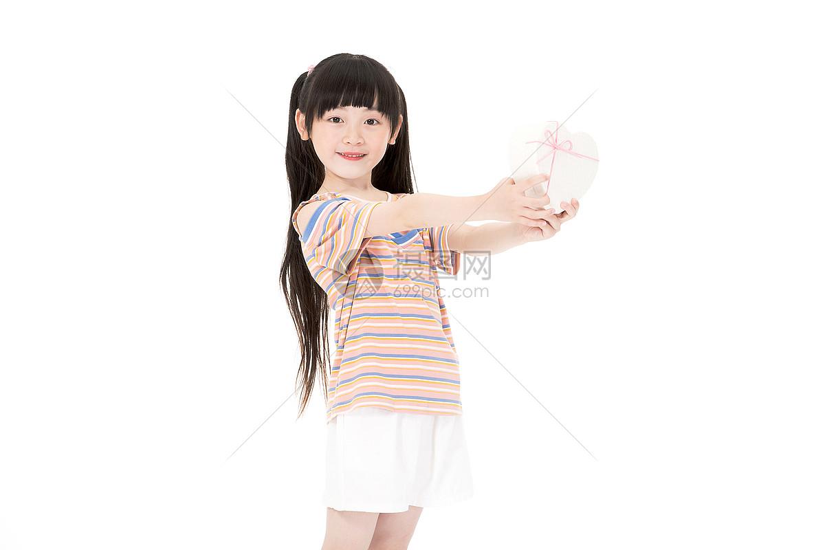 小女孩手捧爱心图片