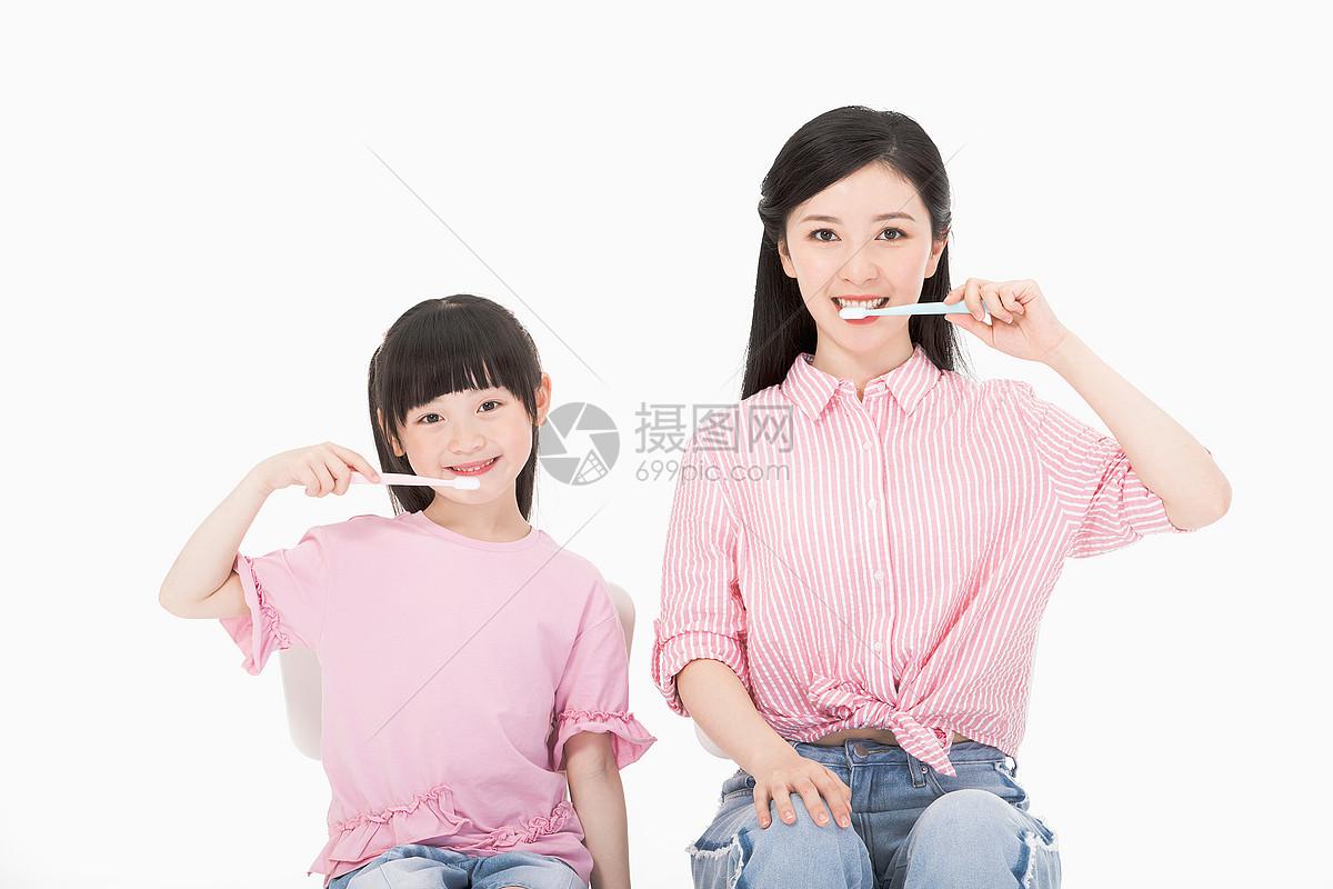 母女刷牙图片