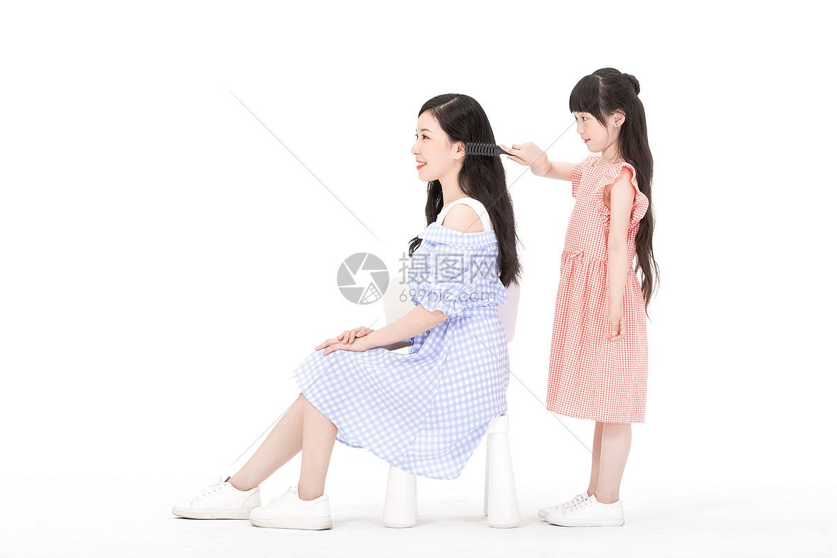 母女梳头图片
