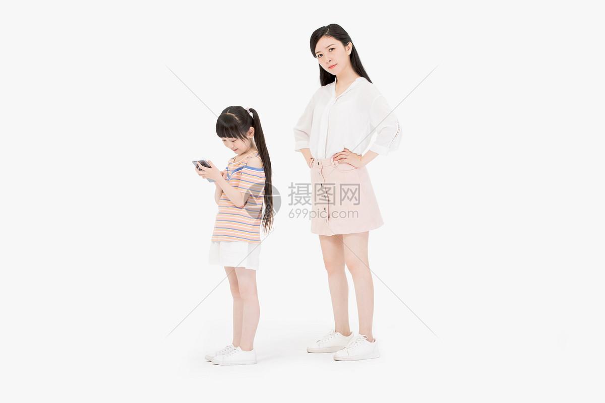妈妈生气女儿玩手机图片