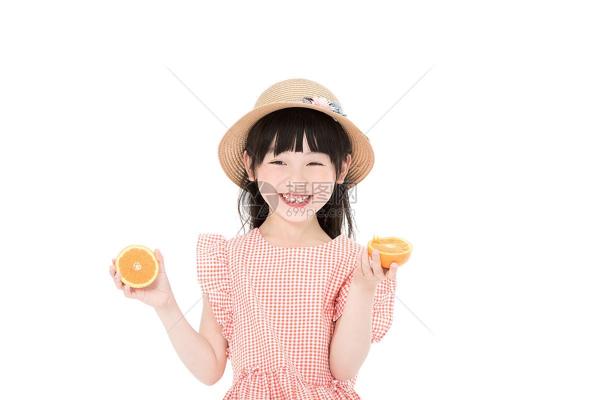 小女孩吃水果图片