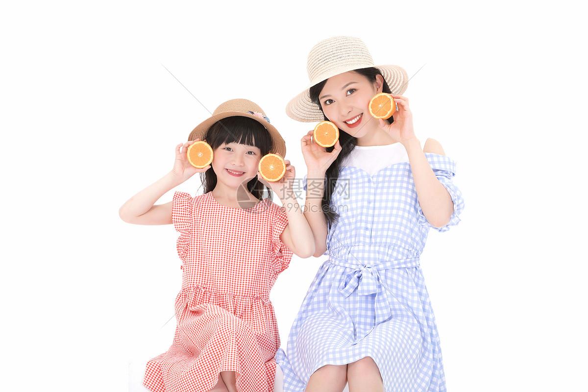 可爱母女吃橙子图片
